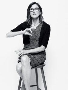 фотография Кэти Вуд на стуле